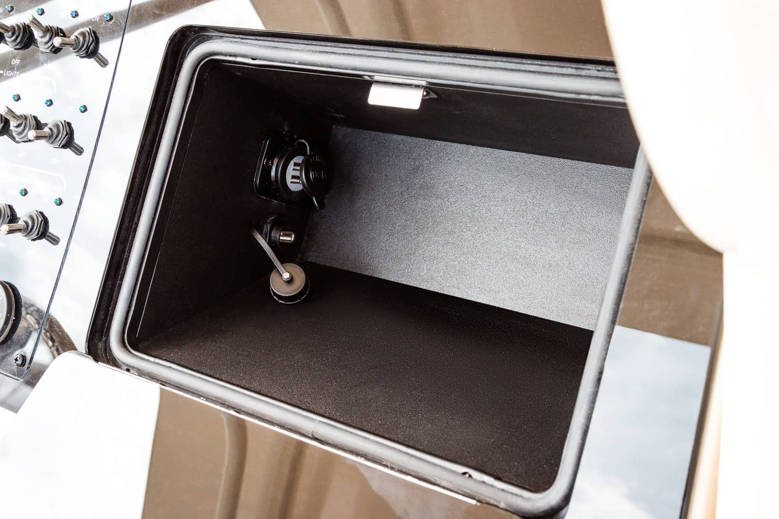 235XSF glove box and USB connections