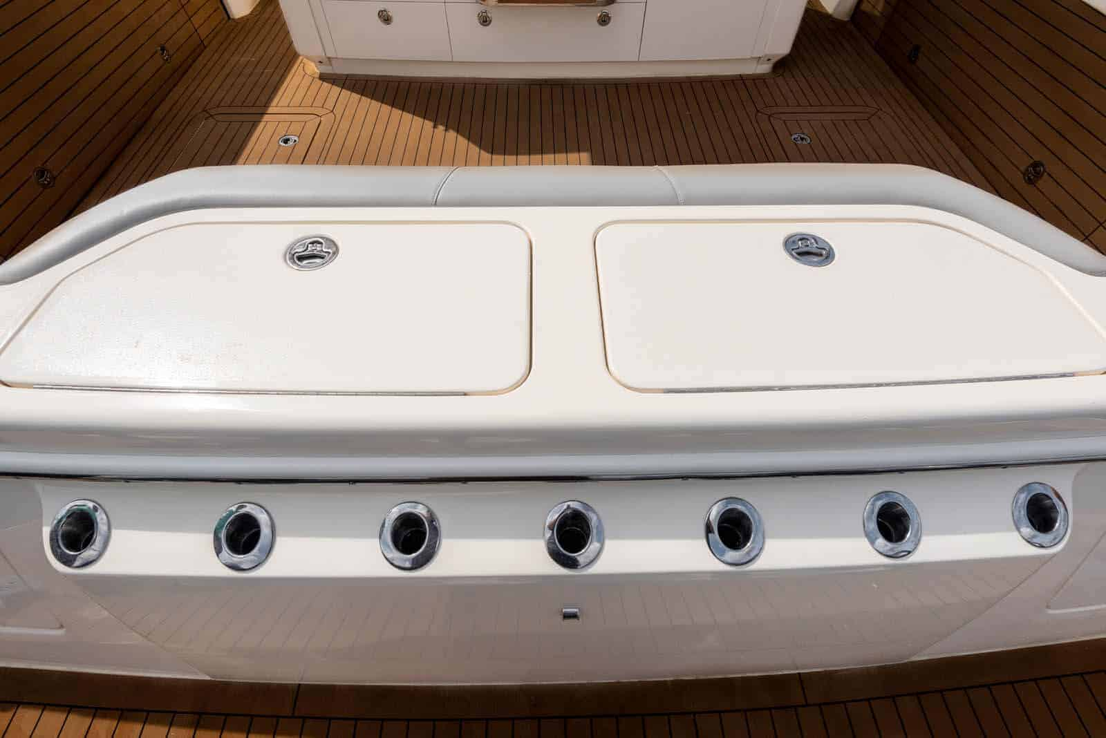 530LXF transom compartments and rod holders
